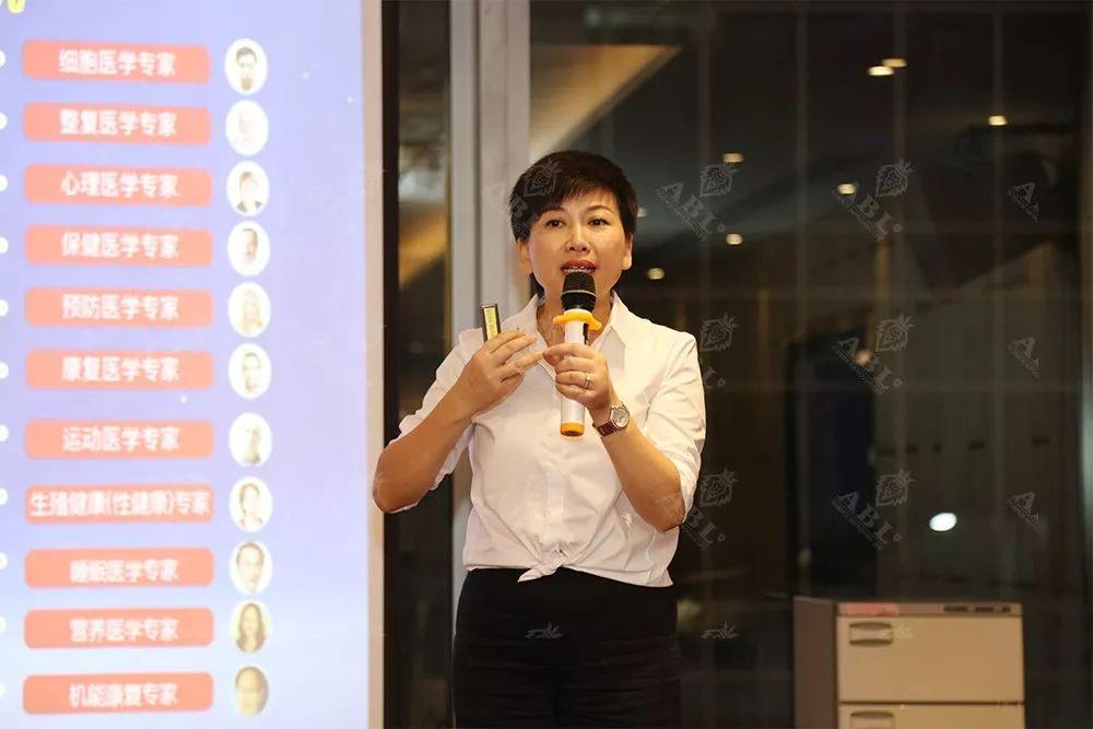健康是各位妈妈和子女的最大心愿,瑞士ABL中国项目代表苏菲女士为来宾送上另一份极具意义的母亲节健康大礼,分享《全球名医服务平台》。