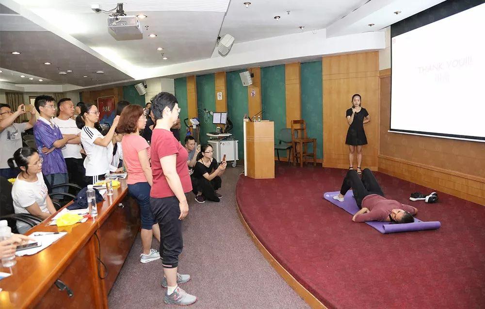 茱莉亚•本多尼医学博士发表专题演讲《心血管疾病患者的抗阻运动》,现场示范抗阻训练,并带领与会医生共同训练。