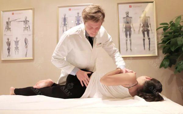 筋膜修复师通过柔和的手法归位、矫正五层筋膜组织,修复受损的组织和器官,促进荷尔蒙平衡,提升人体自然自愈力,恢复年轻健康机能。