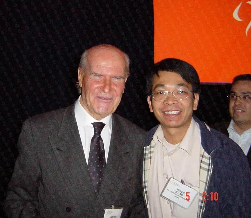 乳腺癌保乳手术第一人、 意大利前任卫生部长、IEO欧洲肿瘤研究院创始人兼院长翁贝托·韦罗内西教授(Prof. Umberto Veronesi)(上图左、下图左)和苏逢锡教授(上图右)、克里希纳·克劳医生(下图右)薪火相传,引领世界保乳最佳模式和技术。