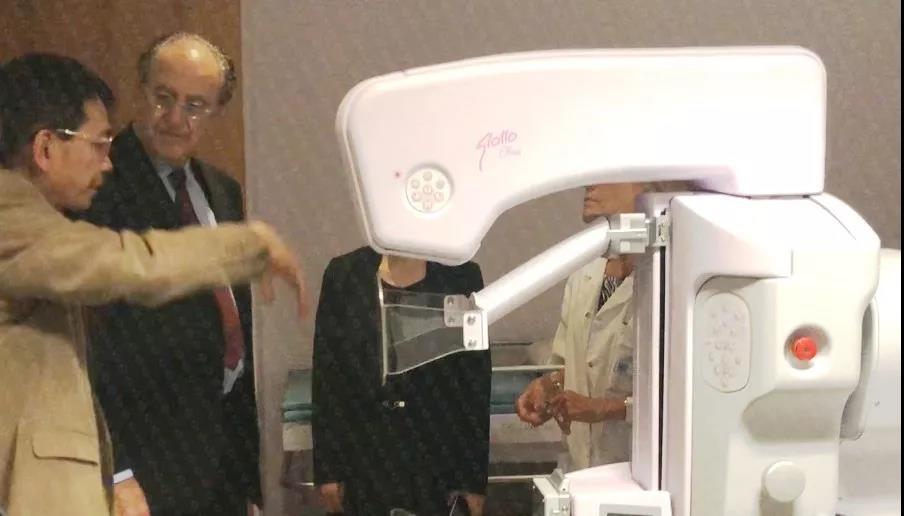 2018年6月6日,苏逢锡教授(左一)和大卫·埃利亚医学博士(左二)在法国赫尔曼医院热烈交流。