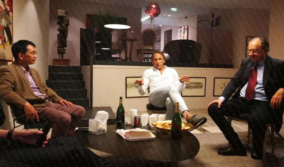 """2018年6月6日,苏逢锡教授(左)、克里希纳·克劳医生(中)、大卫·埃利亚医学博士(右)乳腺肿瘤全程管理""""三巨头""""在法国乳腺研究所就相关技术、理念、合作进行深入探讨。"""