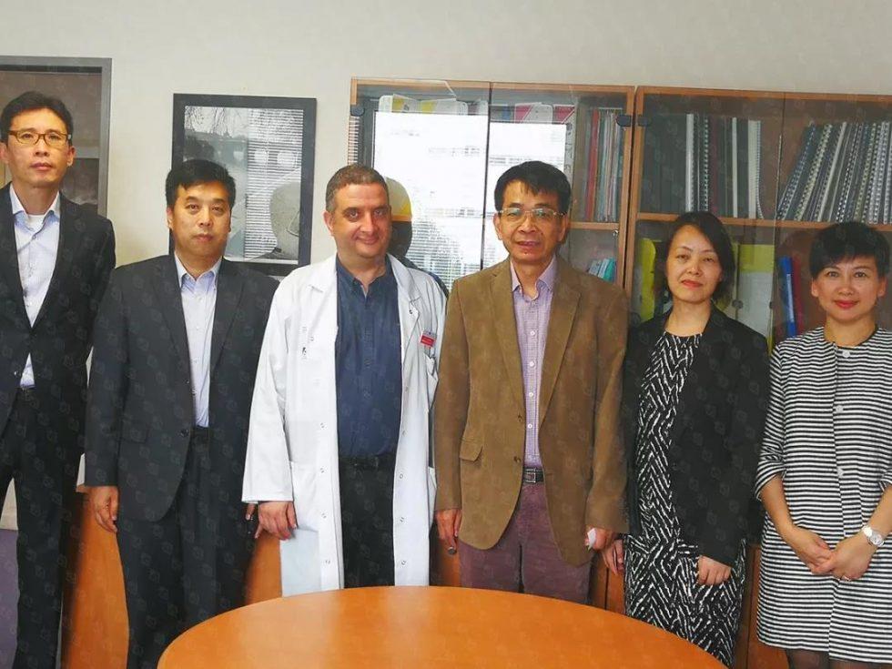 2018年6月5日,苏逢锡教授(右三)、贾卫娟博士(右二)与免疫学医学博士Eric Tartour(左三)等专家及嘉宾在法国巴黎乔治·蓬皮杜医院合影留恋。